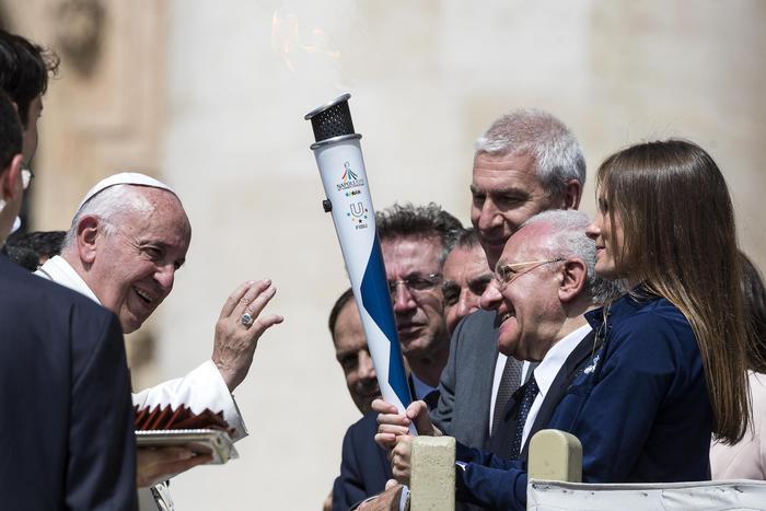 Universiade, tappa a Città del Vaticano: il Papa benedice la torcia