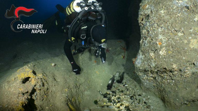 Capri. Rifiuti sui fondali della Grotta Azzurra