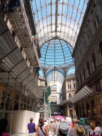 Anziano malato si perde nella folla di Napoli, trovato da un carabiniere