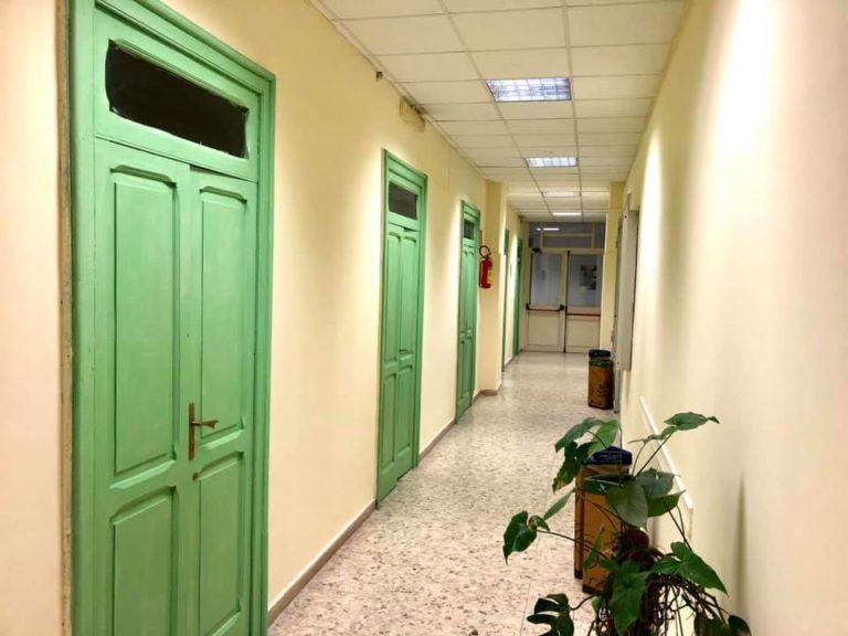 """Bacoli. Dipendenti comunali """"restaurano"""" le porte del Municipio"""