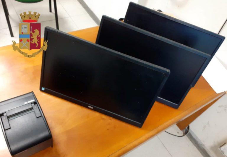 Ruba monitor e stampante da un centro scommesse di Afragola: arrestato