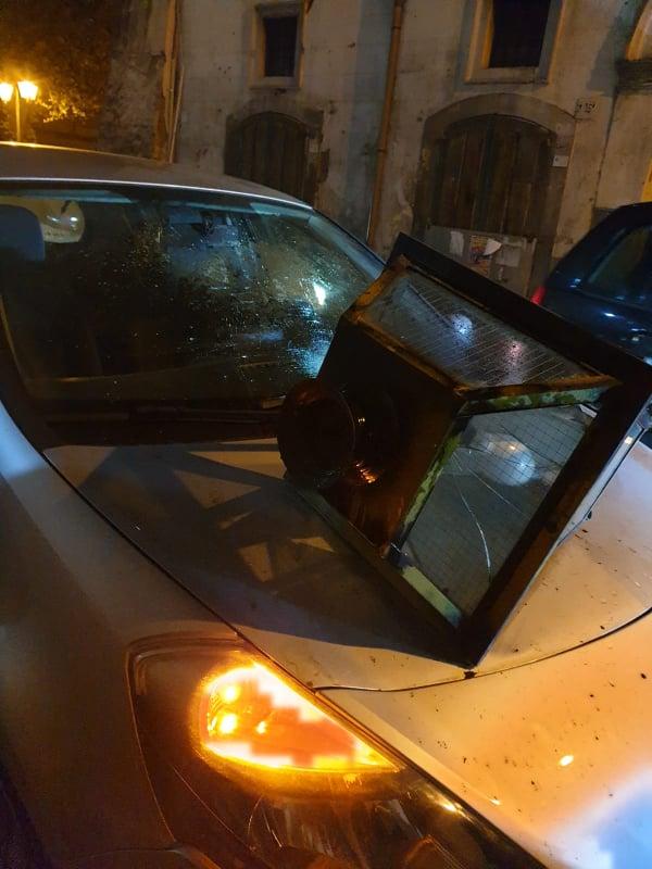 Pomigliano. Cade lampione, tragedia sfiorata per 3 ragazze di Somma