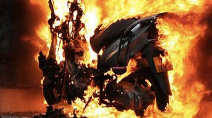 Ubriaco minaccia di morte la famiglia e dà fuoco allo scooter della mamma