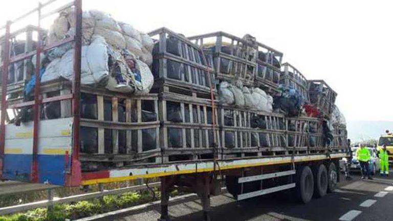 Rimorchio pieno di rifiuti speciali abbandonato sulla 268