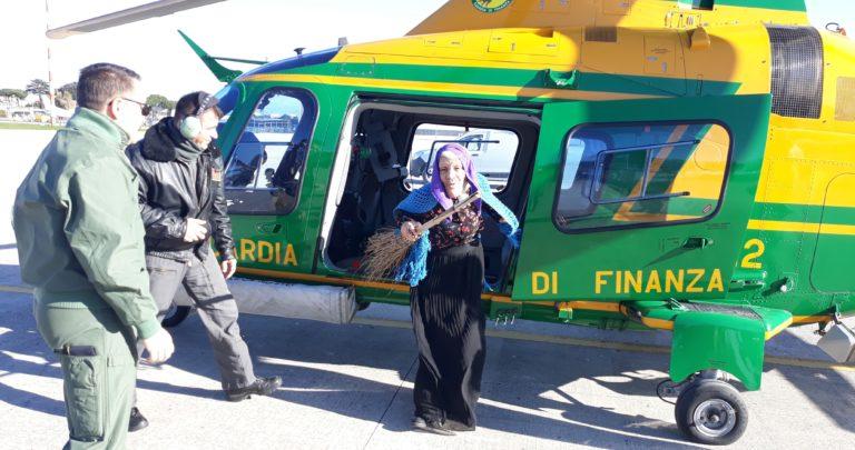 Befana in elicottero, sorpresa per i bimbi di Secondigliano