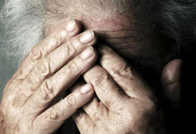 Anziano aiuta famiglia in difficoltà ma viene minacciato per soldi. Arresto