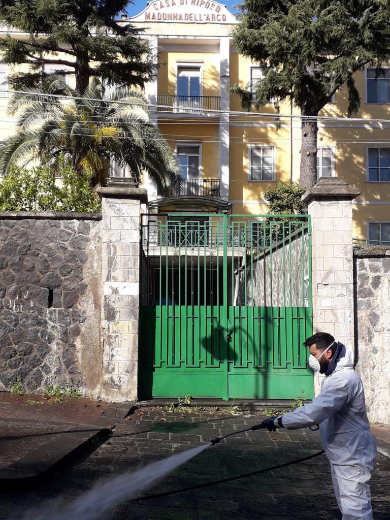 S.Anastasia. Residenza anziani, sanificazione della strada