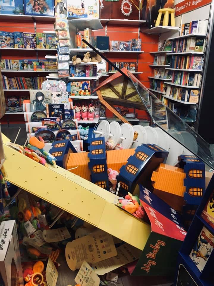 Furto e danni in libreria, lo scempio di via Duomo lascia l'amaro in bocca