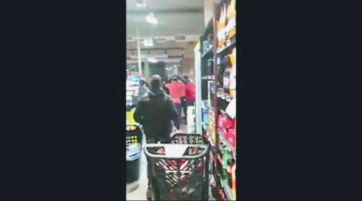 Rissa al supermercato di Casoria, il video sui social
